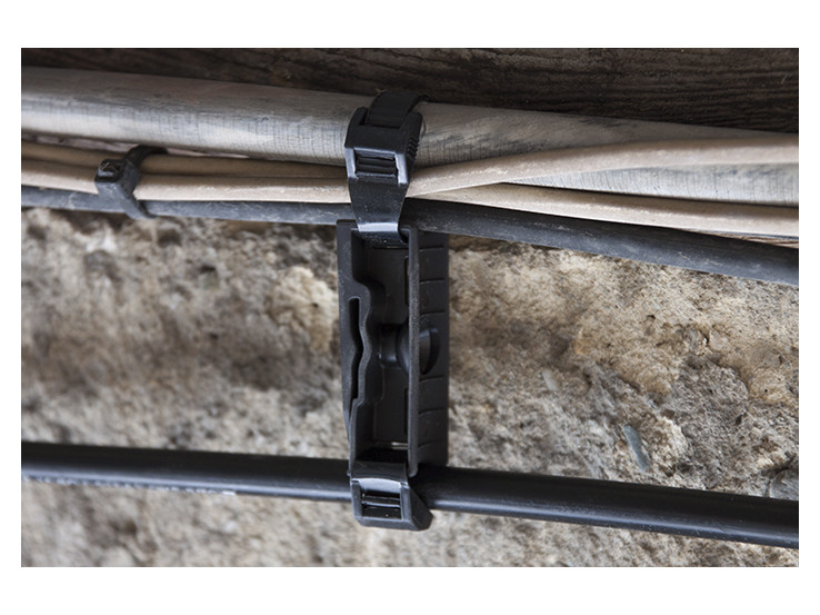 Cable down-lead pole mount without tie