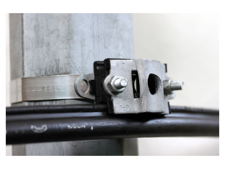 Suspension clamp for fig-8 copper cable